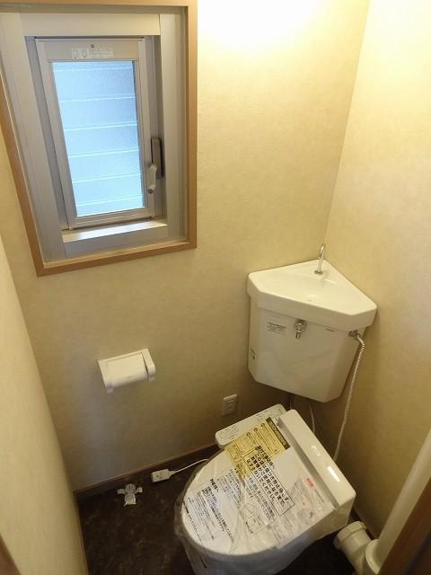 新品トイレに交換、窓もあり換気もしっかり可能ですね。