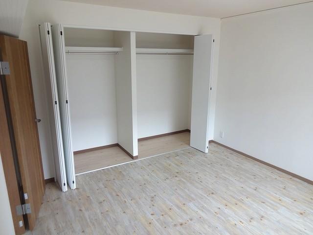 洋室8帖:大容量のクローゼット。ダブルベッドも余裕です。