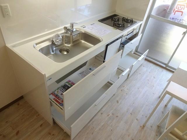 スライドドアタイプはタップリ収納可能、立ったまま探せて便利です。便利な食洗機も付きで片づけもラクラク。