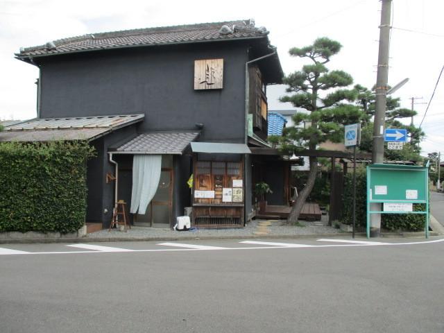 駅までの道中におしゃれなカフェや雑貨のお店があります。