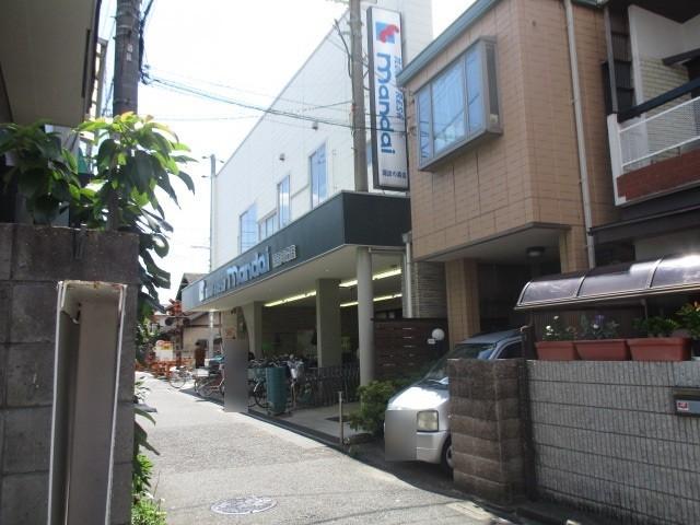 駅までの道中にスーパー万代があります。毎日のお買い物に便利です。