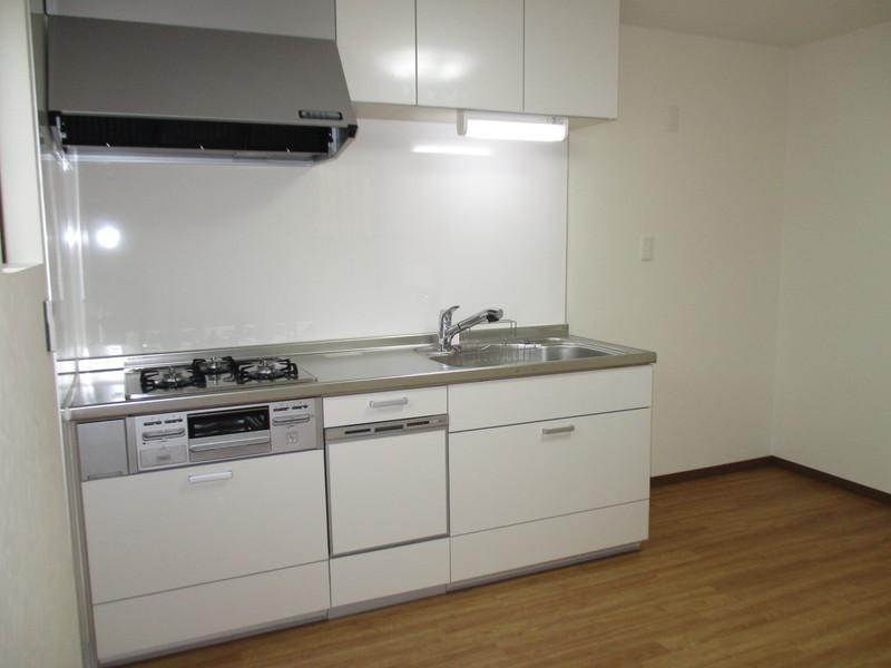 白色のシステムキッチンに新調しました。大きな換気扇がついてます。