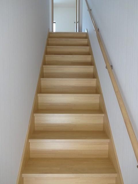 階段は交換しました。緩やかに幅も広く。