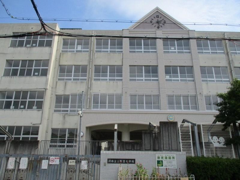 上野芝小学校まで徒歩3分と近いです。津久野中学校まで徒歩7分ほどです。