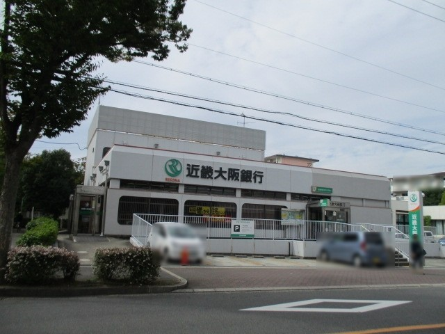 スーパーの向かいには銀行もありますよ