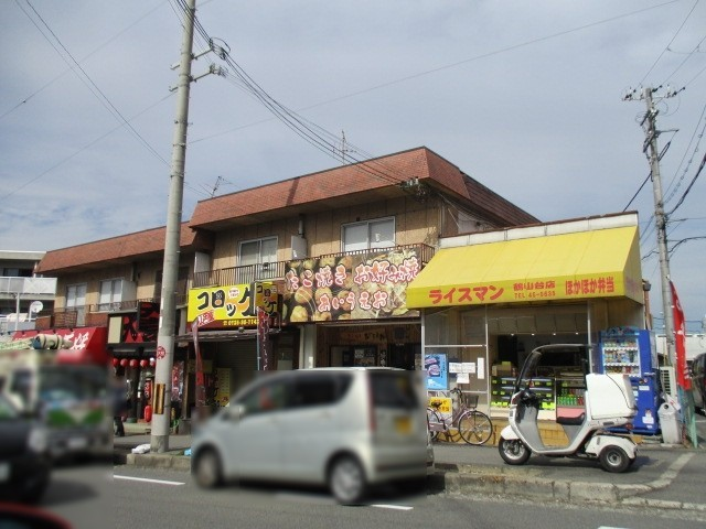 薬局の並びには飲食店が並んでいます