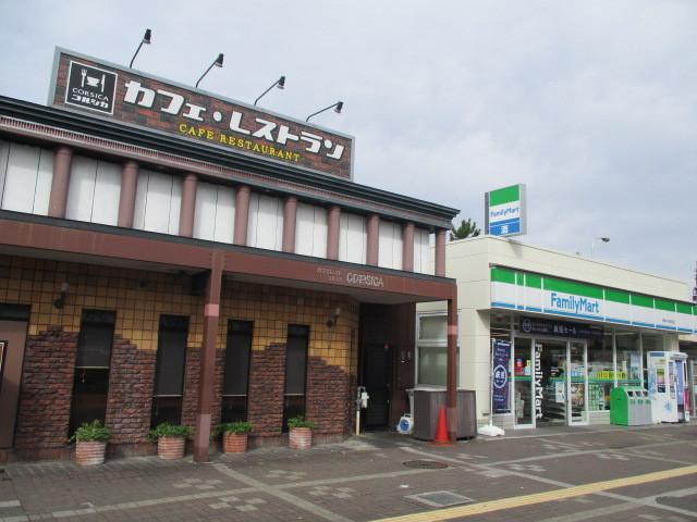 駅前には喫茶店やコンビニもあります