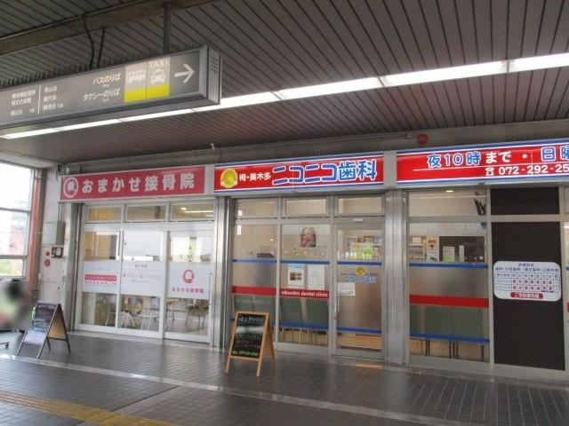 駅前には整骨院や歯科があります