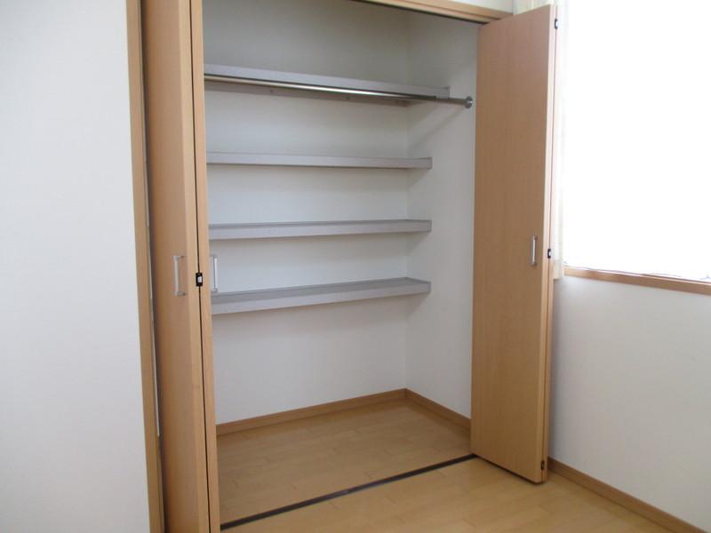 2階洋室6.7帖の収納です