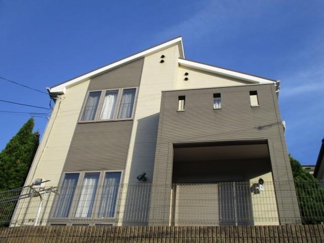 高台にそびえ立つ見晴らしが素晴らしい邸宅です。空家につきすぐにご覧頂けます。