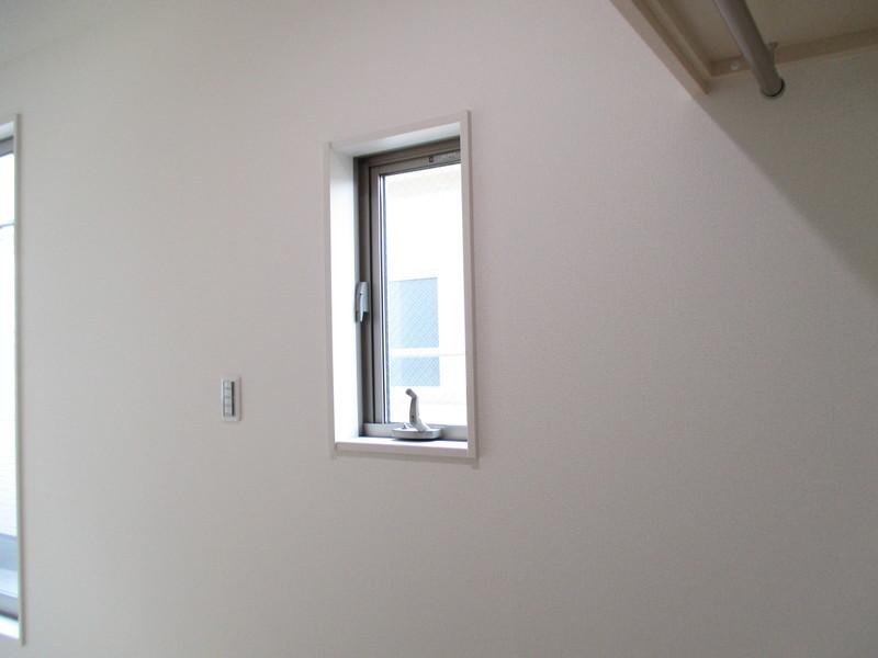2F洋室8帖 ウォークインクローゼットの中にも窓があります