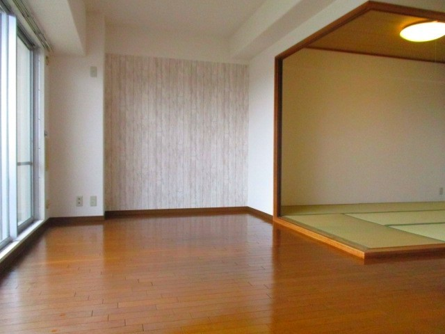 リビング 和室の扉を開けるとさらに広々空間にまります