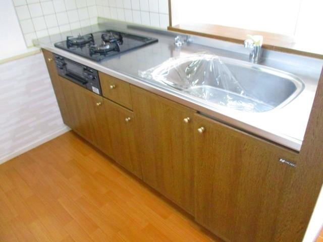 木目調のシステムキッチン