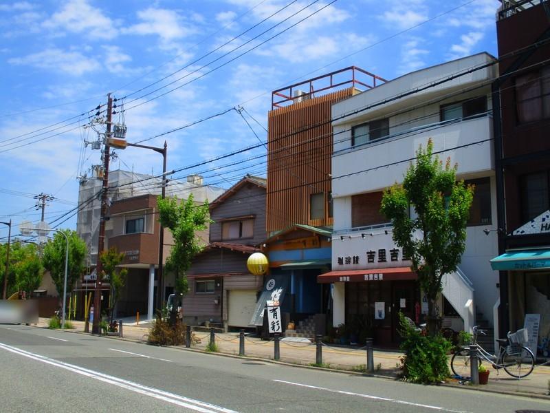 店舗営業中。前面道路が広く、飲食店・事務所にいかがでしょうか。堺駅まで徒歩8分。ご検討下さいませ。