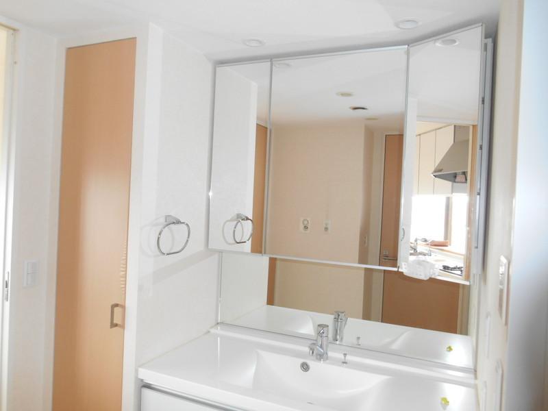 大きな鏡の洗面台お出かけ前のチェックもばっちりです