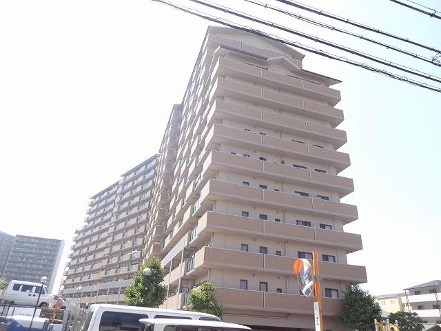 194戸の大型マンション、設備等充実しています。