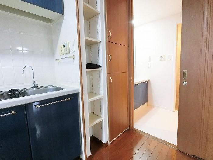 パントリーとして使える収納がキッチン横にございます