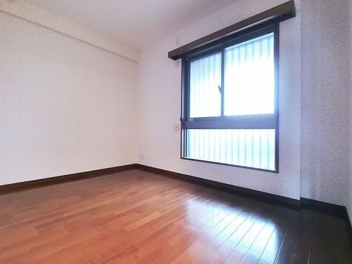 洋室B 角部屋につき2面採光です。