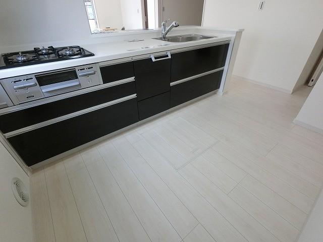 冷蔵庫やカップボードを置いても十分なスペースがあるキッチンですよ。