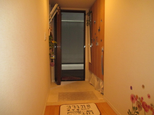 廊下 玄関 ほぼフラットで高齢者にも優しい設計です。