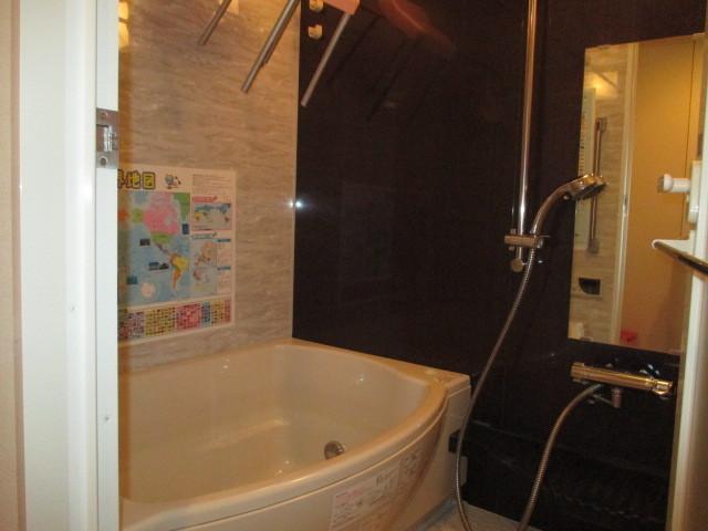 ラウンド浴槽はとてもゆったり、お子さんと一緒に楽しく入浴。高さが自由に設定できるシャワーも便利です。