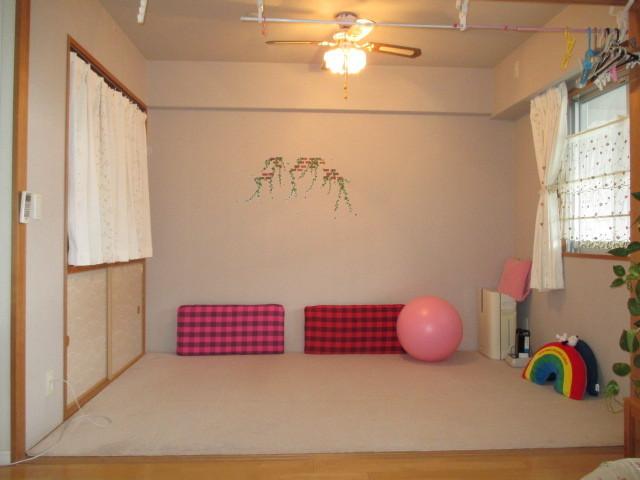 和室にカーペットを敷いた状態です。コーディネイトで洋風にもなりますね。