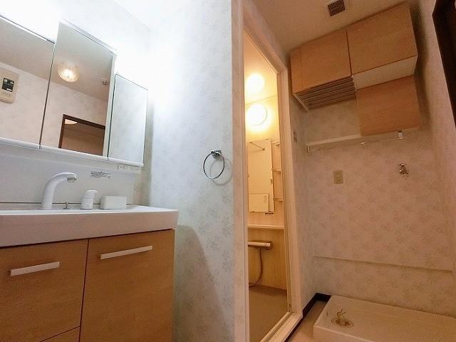 洗面台も1年前に交換済、収納棚やタオルハンガーなど使いやすい洗面室です
