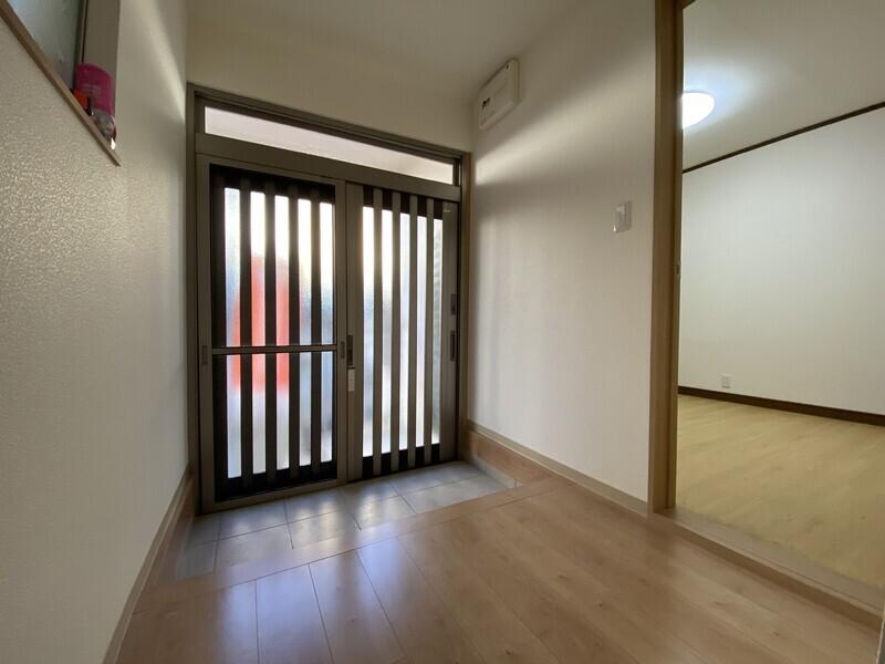 玄関はゆったりした空間となっております。ナチュラルな色目のフローリングと建具で統一しました。
