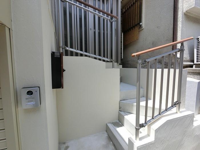 以前は急な階段でしたが、工夫しました!!手摺も付いて安心ですね。