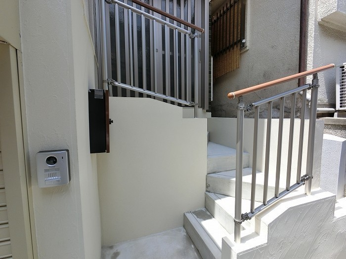 以前は急な階段でしたが、工夫しました。手摺も付いて安心ですね。