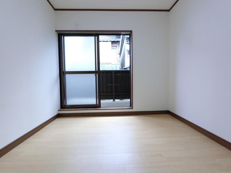 シャッターガレージ上の洋室。1Fにもバルコニーがある形となります。採光が確保され、目隠しにもなるので安心しておくつろぎ頂けます。