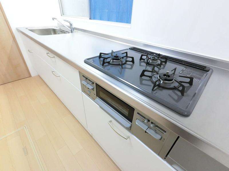 3口コンロとグリル。作業スペースも十分にありますので、調理もはかどりそうでうすね。