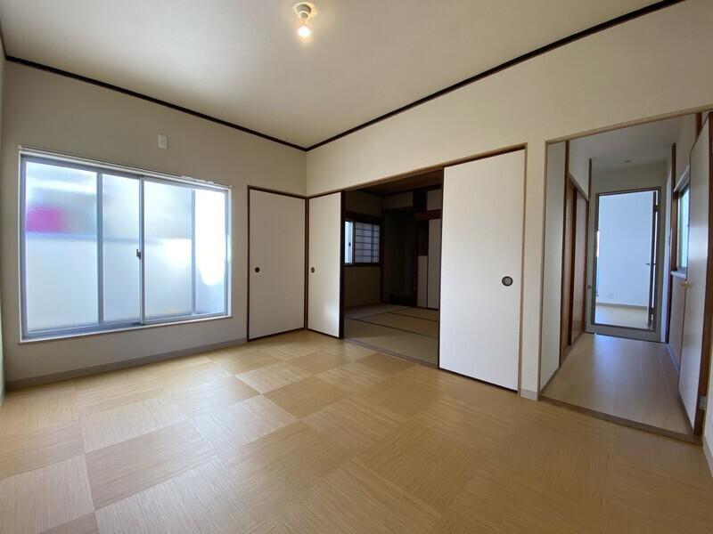2F洋室。2面バルコニーとなっていますので、とても明るいですね。