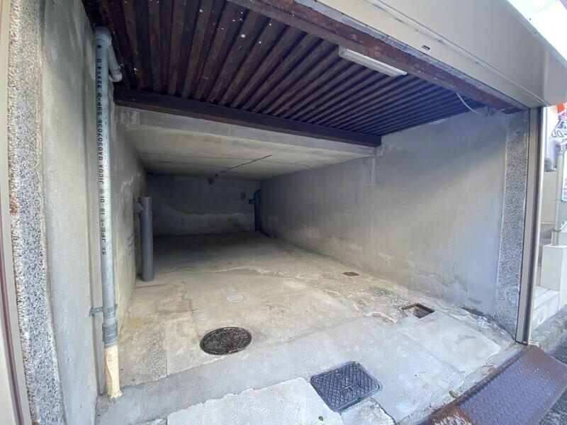 シャッター付き倉庫。お車やバイク、自転車の保管もシャッターがあるので安心ですね。大型の収納スペースとしても活用して下さい。