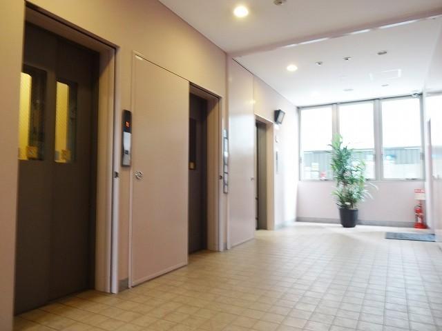 4基のエレベーター、エアコンとプラズマクラスター消臭付