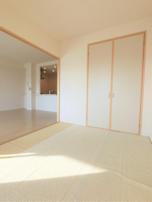 和室。リビングとの一体感がありますね。もちろん独立した空間としてもお使い頂けます。