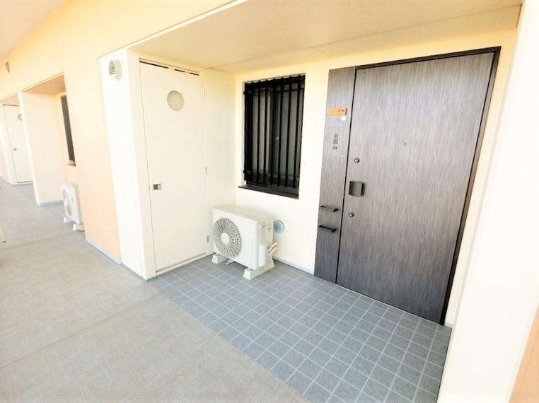 玄関ドアがワイドで、アプローチ部分もゆったりしています。ドアがとても格好良いんです。