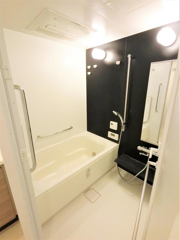 浴室はホワイト&ブラックでシャープなイメージです。