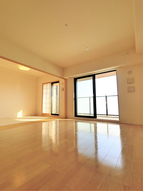 リビングから和室に向けて撮影。襖が全て外せますので空間がとても広がりますね。