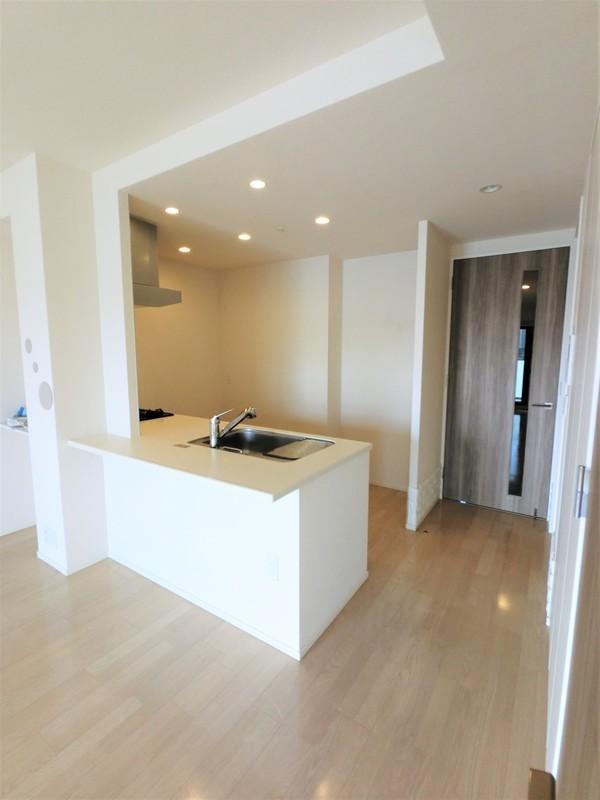 垂れ壁がありませんので、キッチンまで光が届きます。明るいですよ。