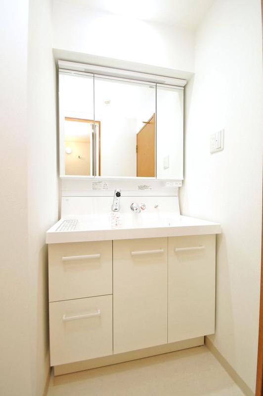 三面鏡タイプの洗面化粧台は、鏡の裏が収納になっています