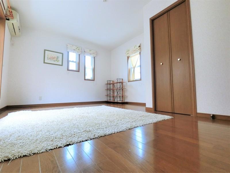 2F洋室9帖です。こちらのお部屋も大変明るい空間となっております。第2リビングとしてもお使い頂けます。