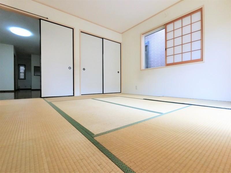 和室8帖です。ゆったりした明るい和室となっております。