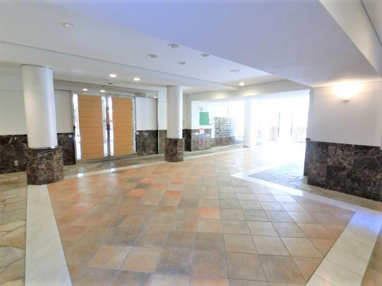 一流ホテル並みエントランス 集会・多目的ホールも完備