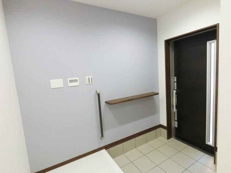 広々とした玄関ホールです。パープルグレーのクロスがお洒落な雰囲気でお出迎えしてくれますよ。このカウンター、とても便利ですよ。