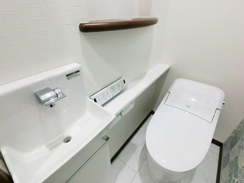 2Fトイレです。タンクレストイレ、手洗い器、カウンター付きです。充実の設備ですね。