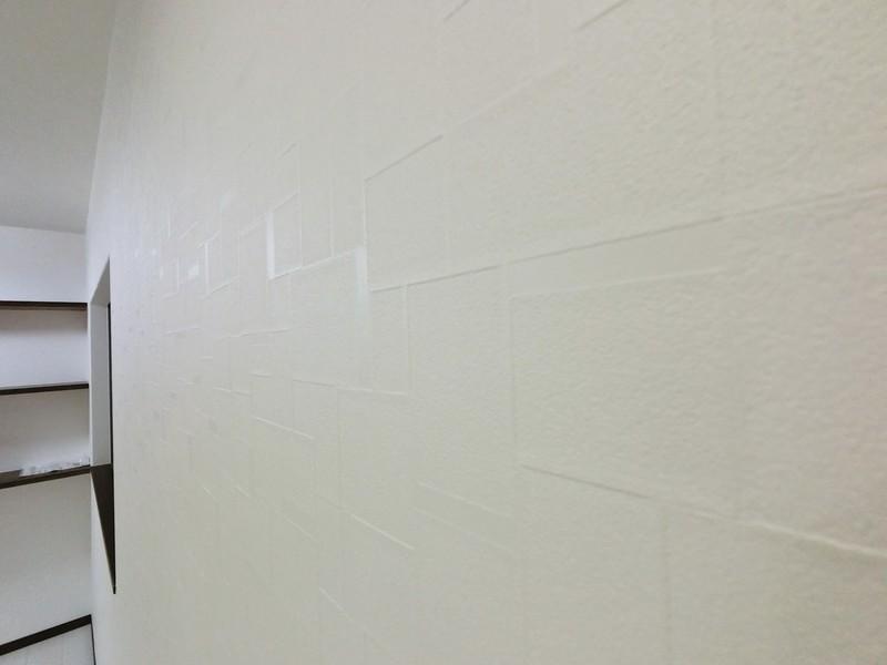 室内のクロスです。一見白い普通のクロスですが、ちょっと高級感の漂う柄になっているんです。