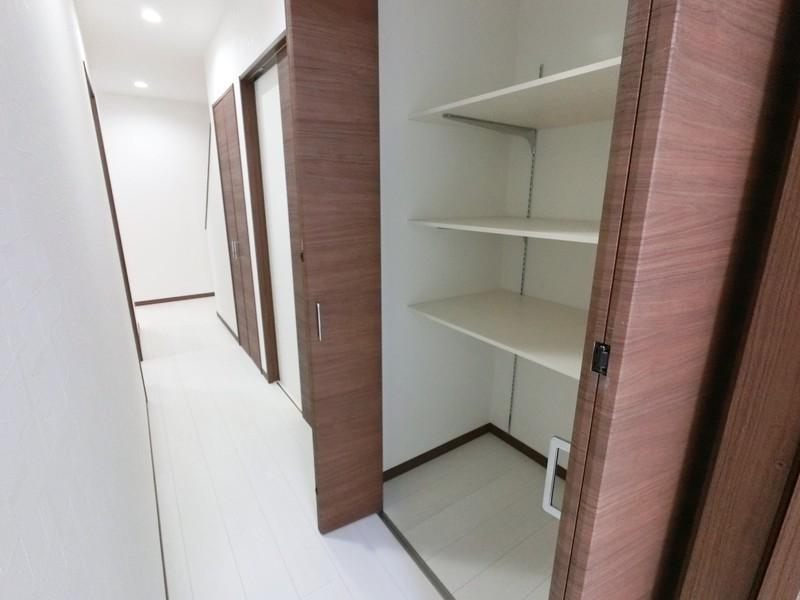 1F廊下の収納です。本当に収納スペースがたくさんあるお家なんです。