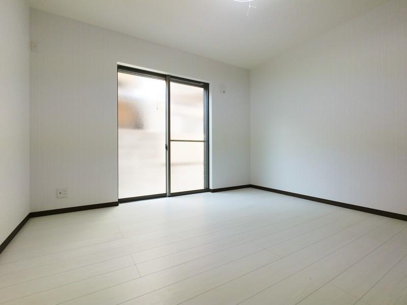 1F洋室8帖です。明るいお部屋ですよ。