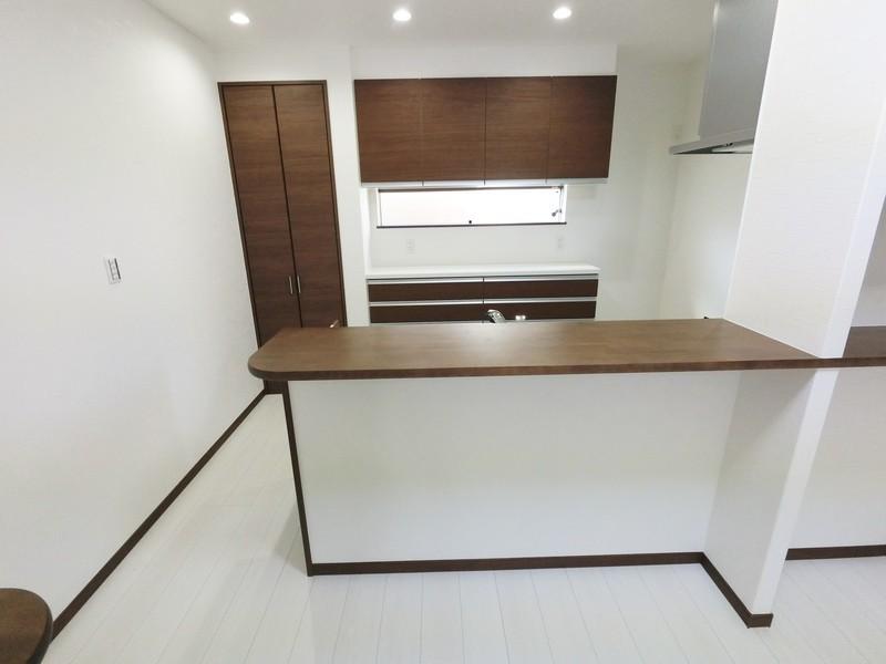幅広のキッチンカウンターなので、お洒落なスツールを置けばバーカウンターに変身ですね。